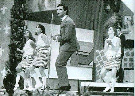 Roberto Carlos com o seu terninho e as dançarinas de cintura baixa