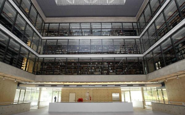 Livros distribuídos por três andares do edifício da Biblioteca Mindlin, na USP
