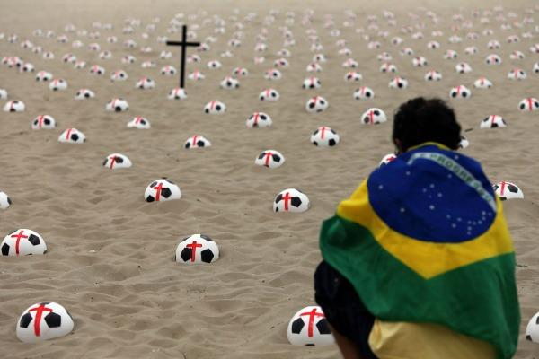 Copacabana: 500 bolas simbolizando os 500 mil assassinatos no país em uma década
