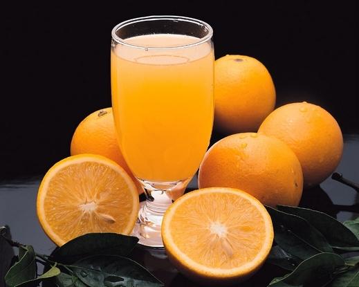 Embora a laranja contenha açúcar, também possui outros compostos que ajudam a controlar a glicose