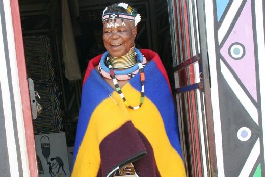 A sul-africana Esther Mahlangu tem 78 anos e fama internacional