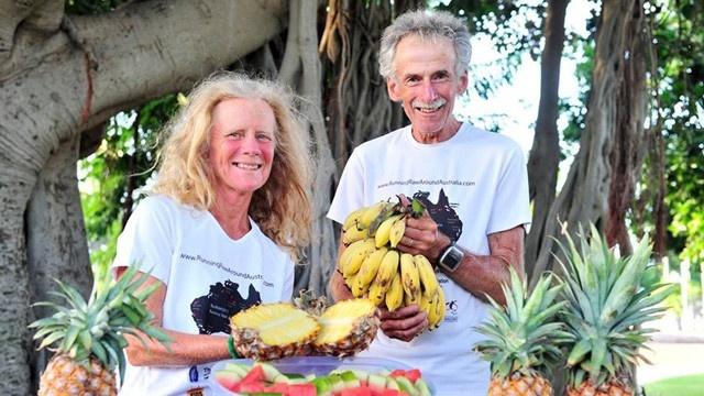 Os dois só se alimentam de comidas cruas, principalmente, frutas e legumes