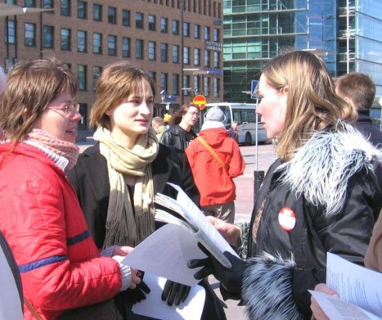 Um pequeno grupo de mulheres em Helsinque, capital da Finlândia