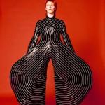O exótico traje em vinil que Bowie  usou na turnê Alladin, em 1973