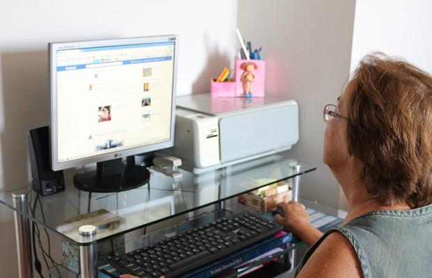 Zoraide aprendeu a postar suas próprias fotos no Facebook (Foto: Nathalia Tavolieri / ÉPOCA)