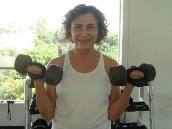 Helenita, aos 72 anos, malha cinco vezes por semana (Foto: Tatiane Santos/G1)
