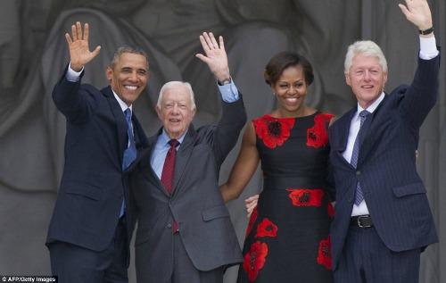 Com Obama, Jimmy Carter e a mão boba de Bill Clinton. Repare
