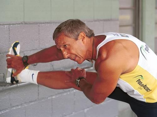 Ele faz alongamento, antes de correr: aos 77 anos, presidente do Pão de Açúcar esbanja saúde
