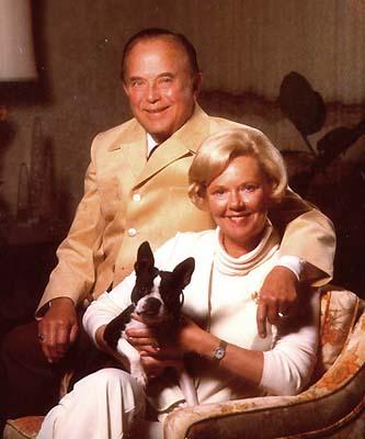 Com a mulher e o cachorrinho, já milionário