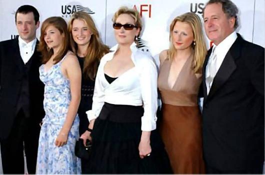 Com o marido e os quatro filhos