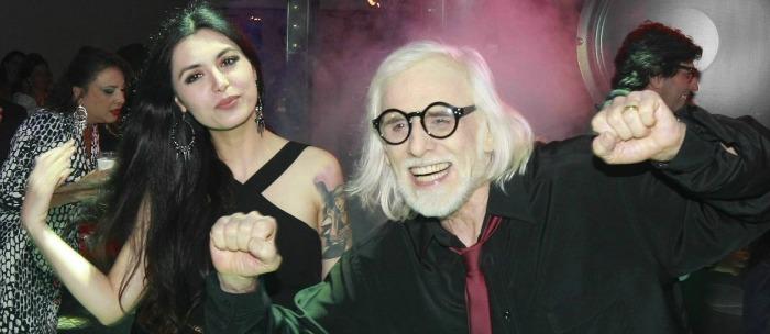 O ator Francisco cuoco é  57 anos mais velho do que sua companheira, estilista Thaís Almeida