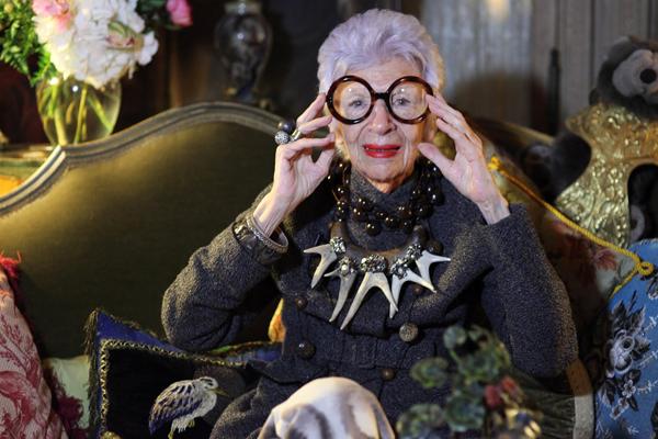 Iris Apfel, a novaiorquina de 93 anos que se veste de maneira nada convencional