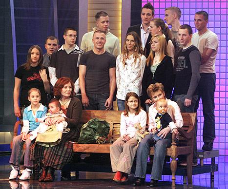 Posando para foto juntos aos 13 filhos e alguns dos netos