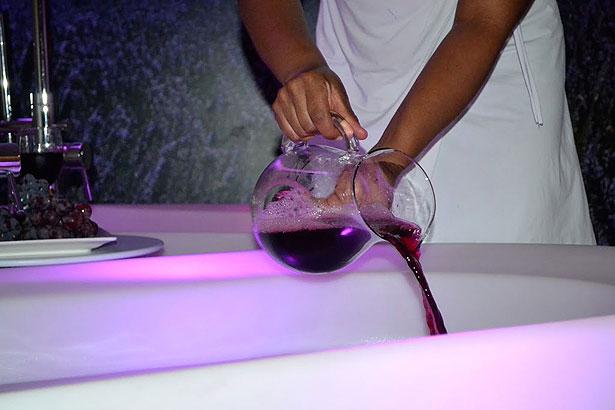 Preparativos para o banho de imersão no vinho com óleos essenciais