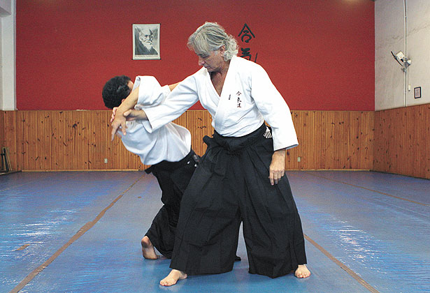 Sensei Alcino Lagares, 67, praticando do aikido