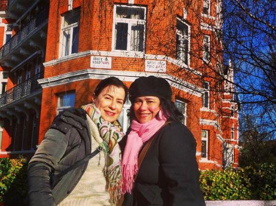 A criadora do youtravelweplan.com, Tina Wells (cachecol rosa) com uma amiga na lendária Abbey Road