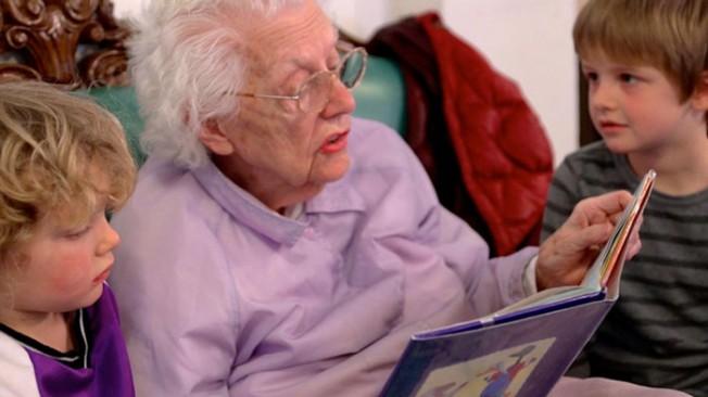Interação perfeita entre velhos e crianças aprimora educação dos pequenos