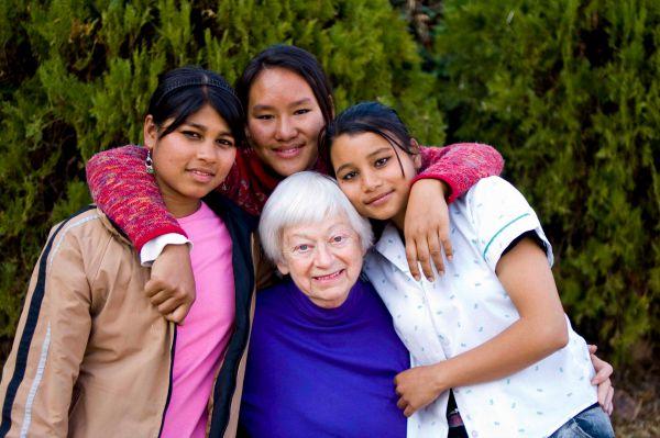 Olga Murray, 88, salvou milhares de jovens da escravidão, no Nepal