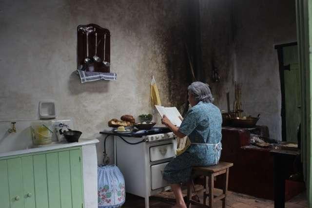 A poetisa na cozinha de sua casa, na cidade de Goiás Velho