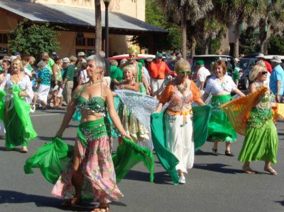 Moradoras de The Villages  dançam numa festa organizada na cidade