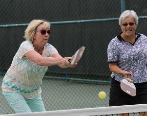 Moradoras jogando tênis