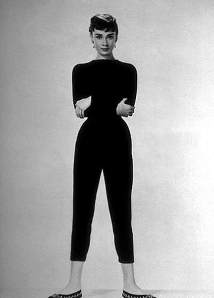 Audrey Hepburn imortalizou a calça sequinha e curta nos anos 50