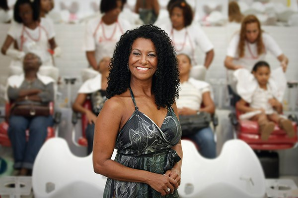 Zica Assis foi uma das primeiras no Brasil  a valorizar cabelos crespos