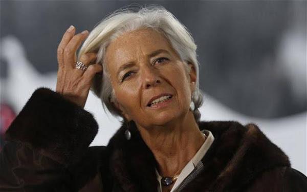 As mulheres não podem deixar os cabelos sem pintar, porque se tornam invisíveis mais do que já são depois dos 60 anos