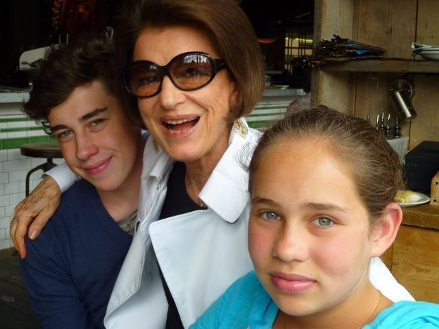A consultora de moda Costanza Pascolato com os netos, Cosimo e Allegra, em Londres, Julho 2010