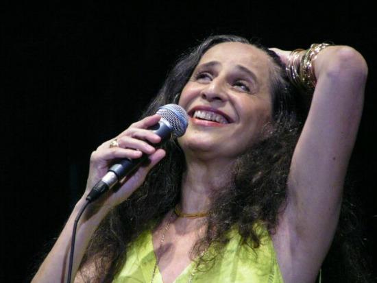 "Maria Bethania  cantando ""Tocando em frente"", de Almir Satter e Renato Teixeira"