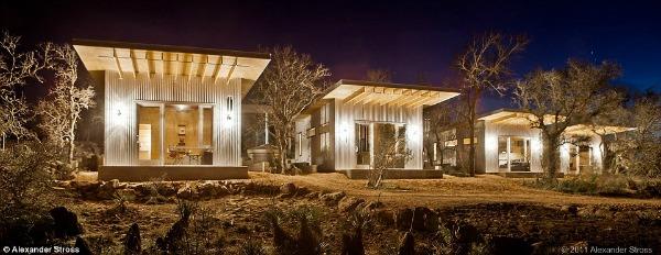 São quatro casas de mais ou menos 32 m2 e uma construção maior para as visitas