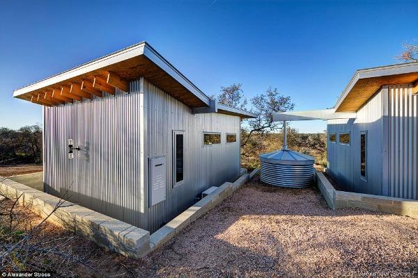 O telhado de cada casa é ligado a um tanque que coleta água da chuva