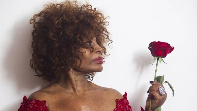 """Aos 78 anos, ela foi escolhida pela emissora britânica """"a melhor cantora do milênio"""""""