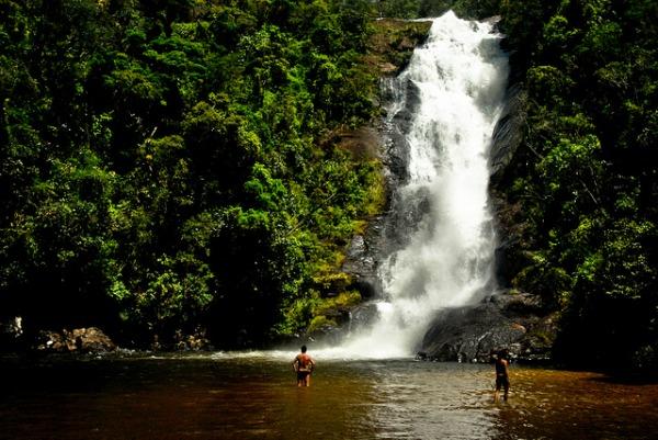 Há tempos, ando louca por água doce, por uma cachoeira