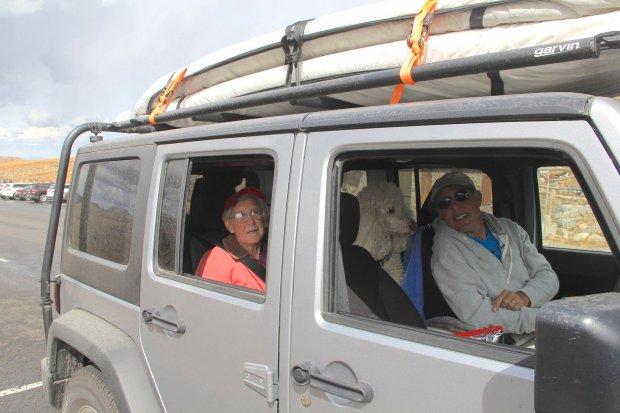 Norma no trailer em que viaja, acompanhada pelo filho e pela nora