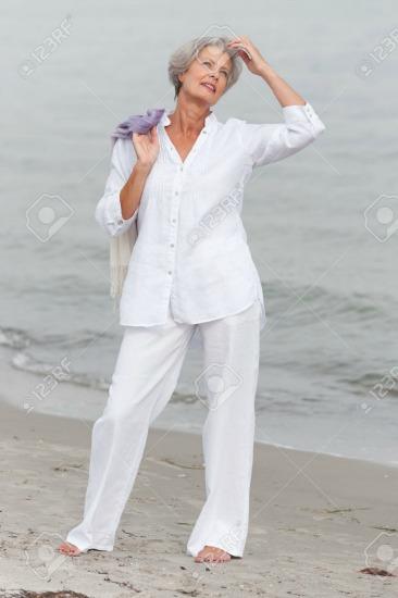 De branco,  acariciada pela brisa do mar