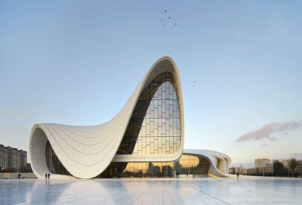 Hadid e sua equipe construíram este centro cultural Heydar Aliyev, em Baku, capital do Azerbaijão