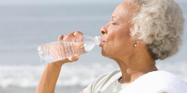 A água, importante na hidratação do corpo, ajuda no equilíbrio interno