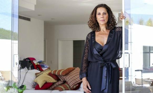 A atriz Angela Vieira com ótima aparência nos seus 64 anos
