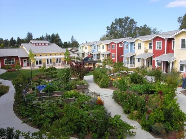Cohousing são comunidades criadas e dirigidas pelos seus moradores, no qual compartilham seus espaços e experiências entre eles. Neste tipo de comunidade cada família vive com privacidade em sua própria casa e convive com a comunidade em ambientes coletivos como cozinhas, lavanderias, jardins, etc