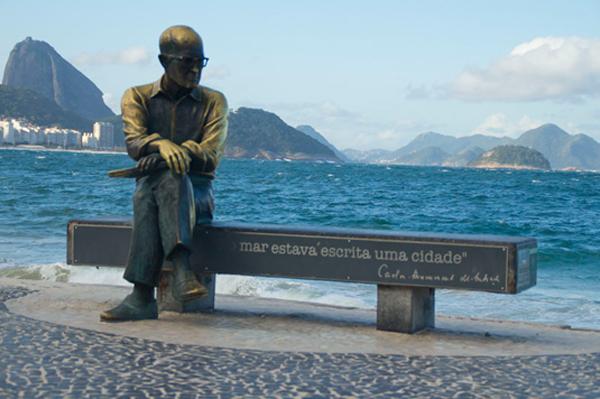 A réplica do poeta Carlos Drummond de Andrade, em Copacabana