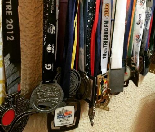 A coleção de medalhas conquistas nas inúmeras maratonas das quais partipou