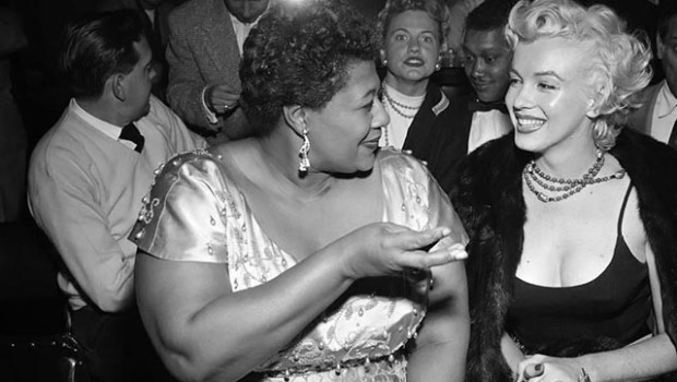 Com Ella Fitzgerald, de quem se tornou amiga depois de dar uma força para a cantora