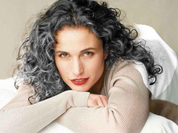 6fa2081dcbadb Quer assumir os cabelos grisalhos  Veja aqui por onde começar   50 e ...