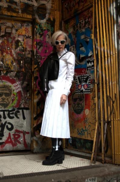 Toda de branco, com casaquinho e botas pretos