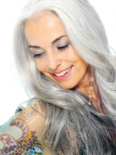 Aos 59 anos, a modelo Yasmina continua em ação nas passarelas