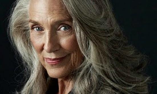 Mulheres de mais de 50 anos e seus cabelos longos