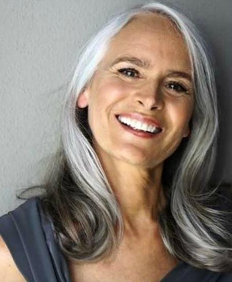 Semi-grisalha, ela fica bem charmosa com o cabelo deste tamanho