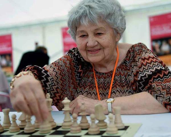 Com 87 anos, a húngara Brigitta Sinka bate recordes de partidas simultâneas de xadrez em junho de 2015 (foto: Attila Kisbenedek/AFP)