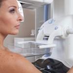 Mamografia, capaz de detectar nódulos na mama que ainda não são palpáveis, é recomendada para mulheres a partir dos 40 anos